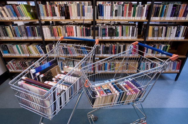 Books_in_a_shopping_cart_in_a_library_-_8459.jpg
