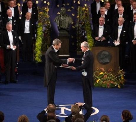 Orhan-Pamuk-recebendo-o-Premio-Nobel-de-Literatura-2006